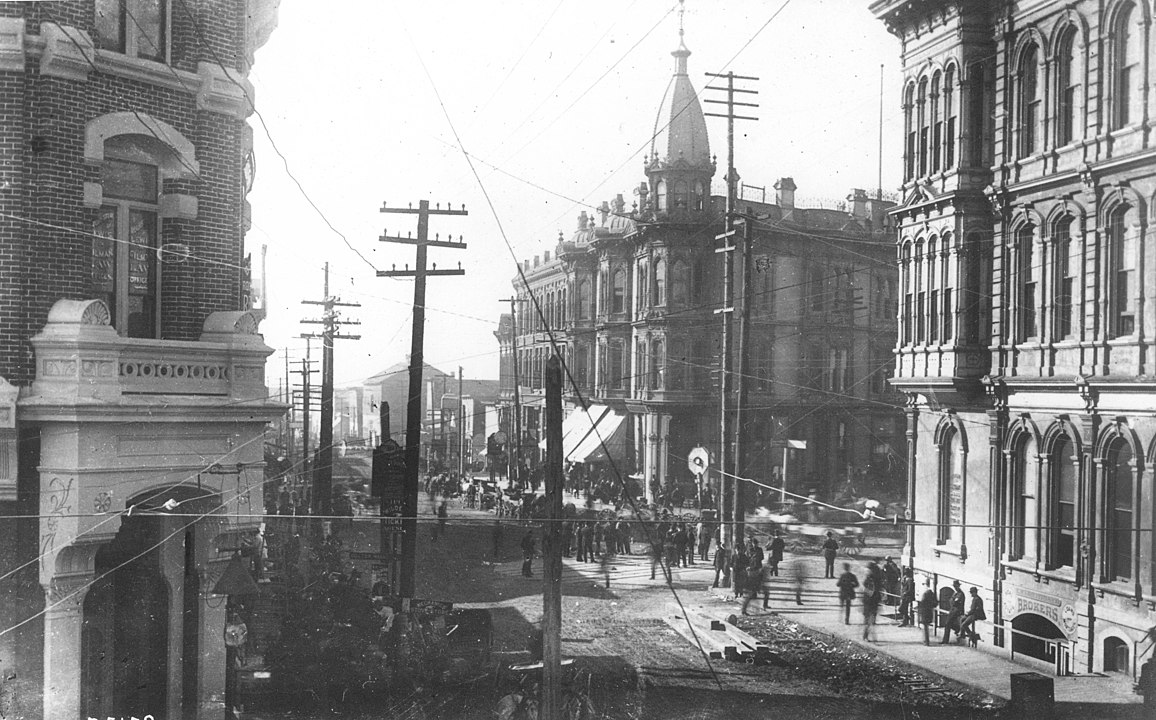 1156px-Yesler_Way_looking_west_from_1st_Ave,_June_5,_1889.jpeg