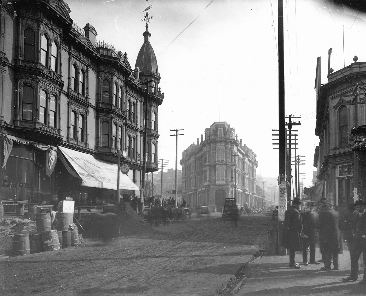 1264px-Yesler_Way_and_1st_Ave_looking_east_toward_the_Occidental_Hotel_and_the_Yesler-Leary_B...jpeg
