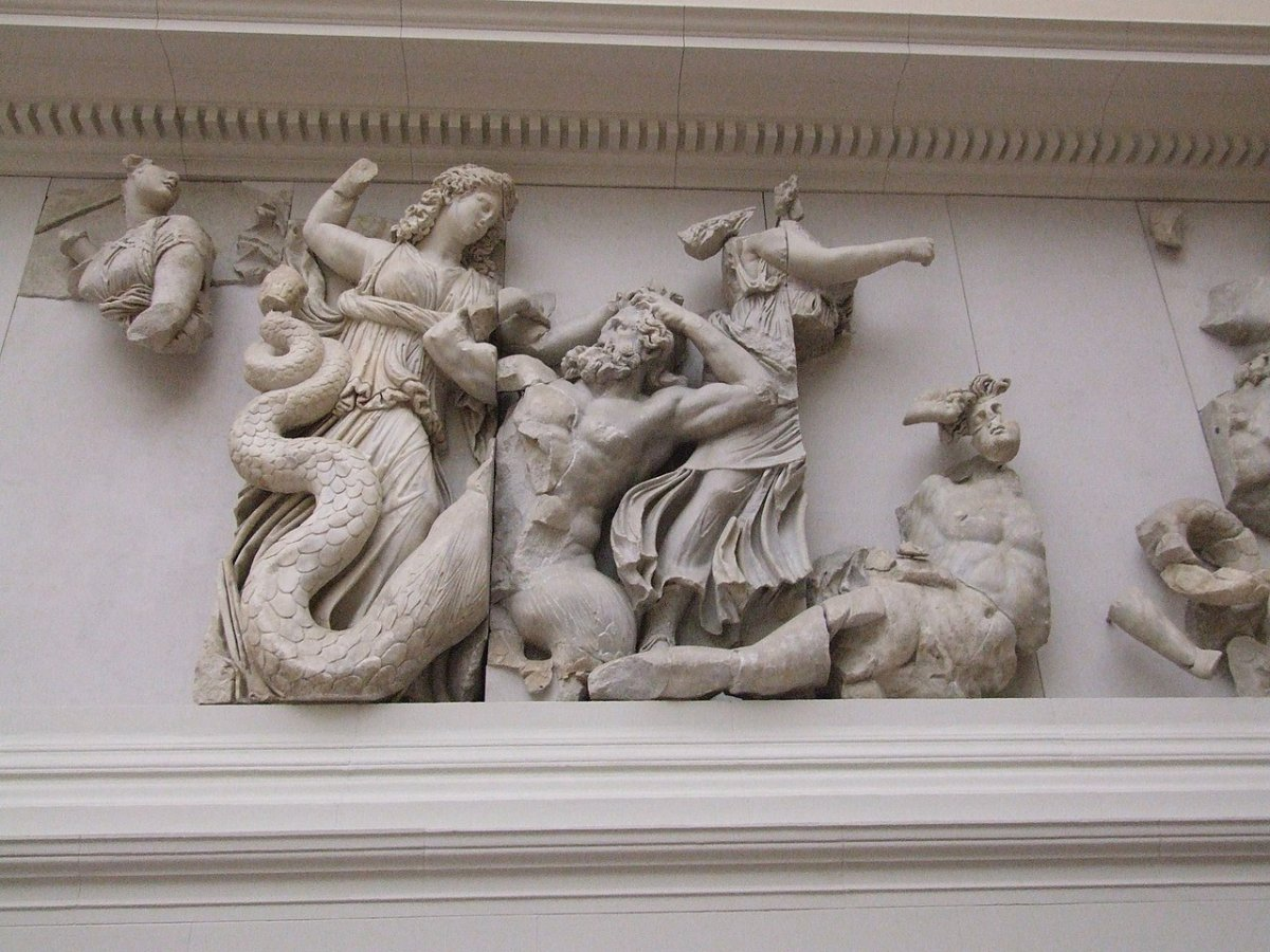1280px-Pergamonmuseum_-_Antikensammlung_-_Pergamonaltar_22.jpg