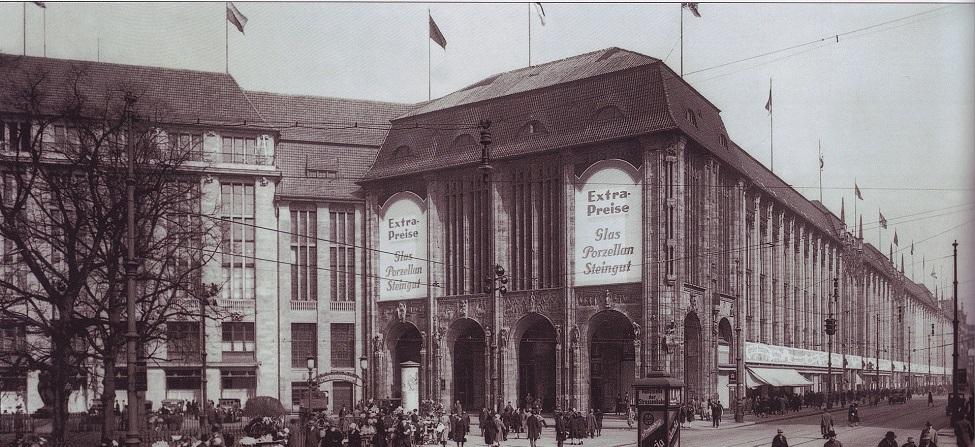 1920px-Kaufhaus_Wertheim,_Leipziger_Platz,_1920er_Jahre.jpg