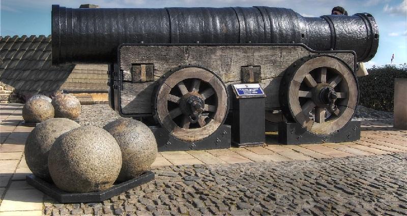 Mons_Meg,_Medieval_Bombard,_Edinburgh,_Scotland._Pic_01.jpg