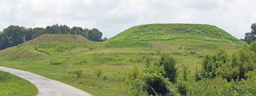 Mounds_at_Ocmulgee_National_Monument,_Bibb_County,_GA,_US.jpg