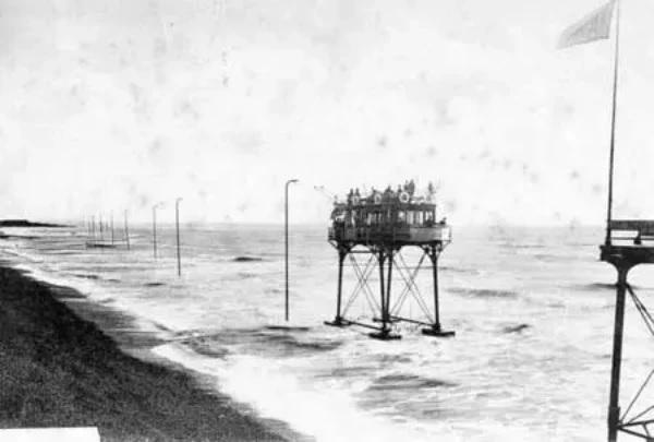 Rottingdean-Extension-car-on-stilts-Volks-Electric-Railway-Brighton-4.jpg