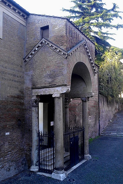 Side_entrance_to_the_Basilica_of_San_Clemente.jpg