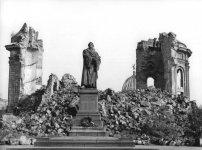 Bundesarchiv_Bild_183-60015-0002,_Dresden,_Denkmal_Martin_Luther,_Frauenkirche,_Ruine.jpg
