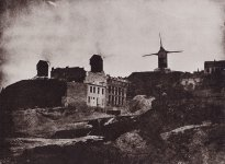 1280px-Bayard,_Hippolyte_-_Rue_Tholozé_mit_den_drei_Windmühlen_von_Montmartre_1843.jpg