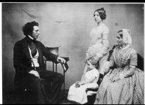 13Daguerreoptye-Family-Portrait_1850.jpg