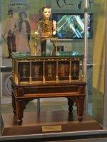 Henri_Maillardet_automaton,_London,_England,_c._1810_-_Franklin_Institute_-_3.jpg